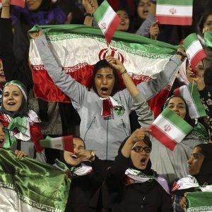İranlı kadınlar 40 yıl sonra stadyumda