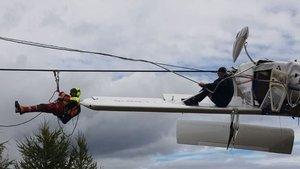 Uçak elektrik tellerine takıldı