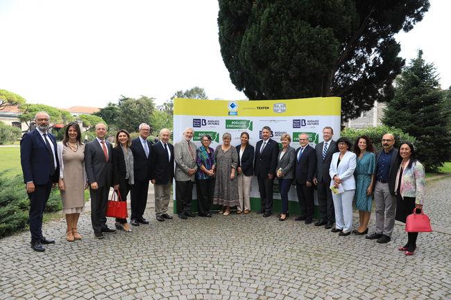 Tekfen Holding Yönetim Kurulu Üyeleri, Tekfen Vakfı Yönetim Kurulu Üyeleri, Boğaziçi Üniversitesi Öğretim Üyeleri ve Berker ailesi toplu halde.