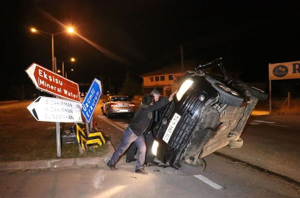 Erzincan'da otomobille kamyonet çarpıştı!