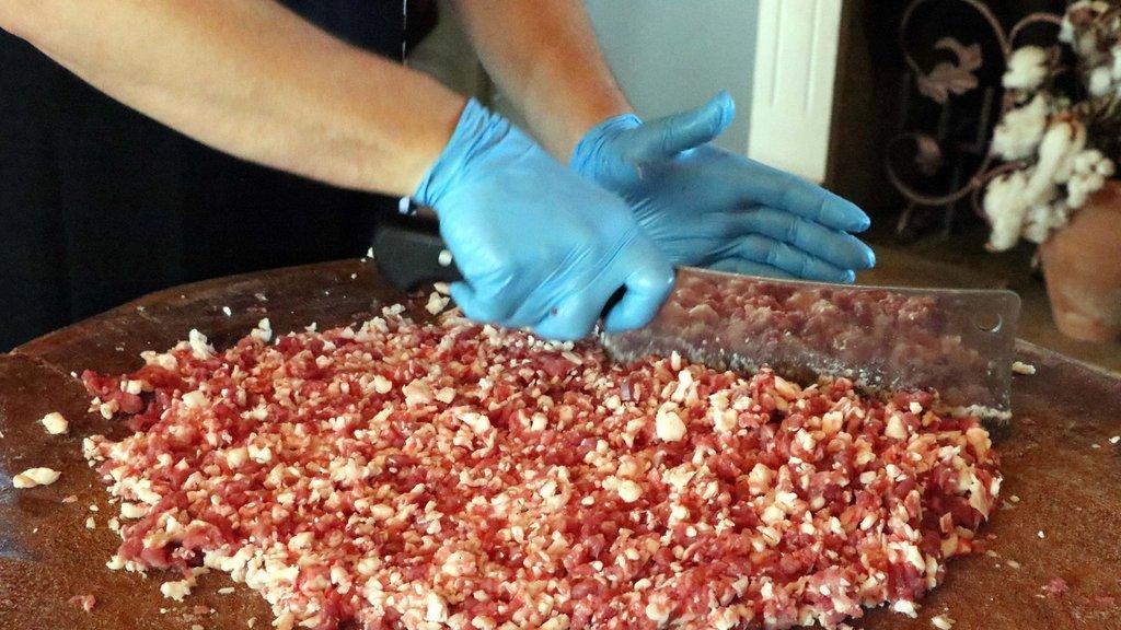 On binlerce kişiye at eti yedirmişler