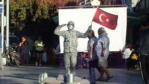 Barış Pınarı'na canlı heykelle selam