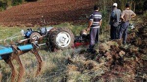 Tarlayı sürerken traktörün altında kaldı