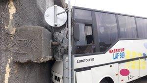 Başakşehir'de servis aracı trafoya çarptı