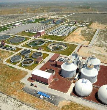 Konya Büyükşehir Belediyesi KOSKİ Genel Müdürlüğü, atık suların işlenmesiyle elde edilen çamurun oluşumu sırasında ortaya çıkan metan gazını elektrik enerjisine dönüştürerek, 8 bin konutun elektrik ihtiyacını karşılayacak enerji üretimi sağladı