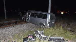 Raybüs treni minibüse çarptı