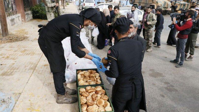 TSK tarafından Tel Abyad'da kurduğu mobil klinikte yaralılar tedavi edilirken mobil fırın da ekmek dağıtıyor