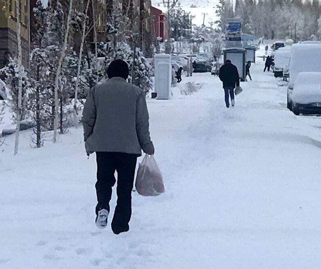 Antalya'da denize girdiler, Erzurum'da kar temizlediler