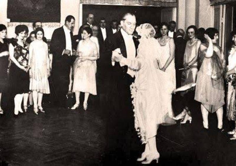 Atatürk, manevi kızı Nebile ile dans ederken