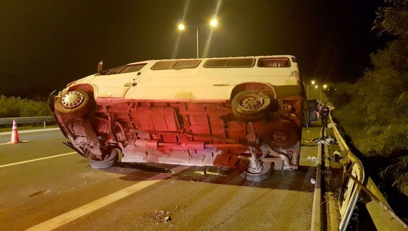 İzmir'de lastiği patlayan minibüs devrildi: 4 yaralı