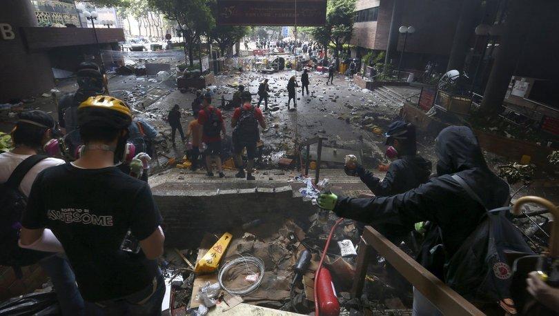 Polis Hong Kong'ta işgal altındaki üniversiteye giremedi
