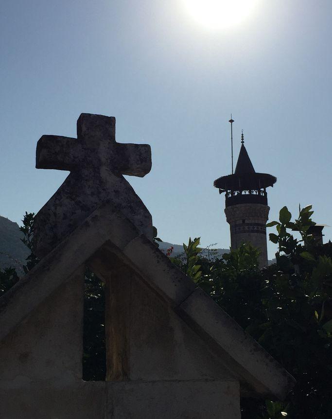 Cami ve kilise yan yana..