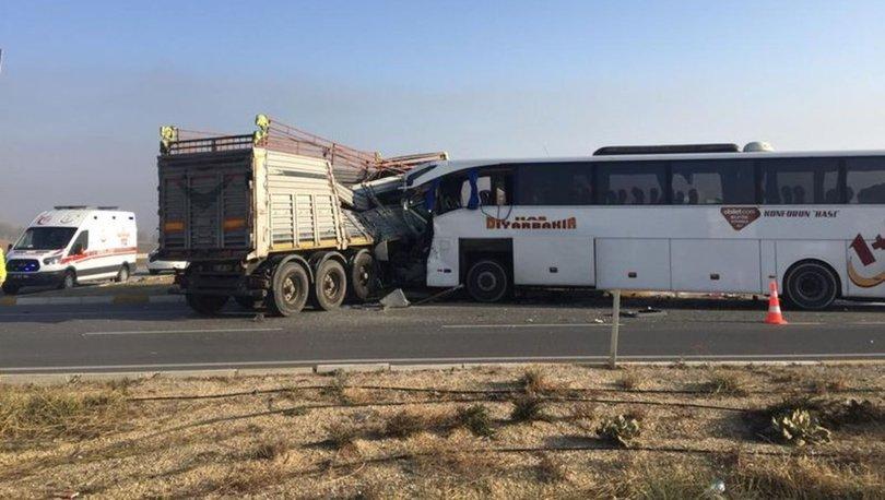 Afyonkarahisar'da yolcu otobüsüyle TIR çarpıştı: 2 ölü, 21 yaralı