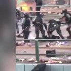 HONG KONG POLİSİ EYLEMCİNİN KAFASINA BASTI