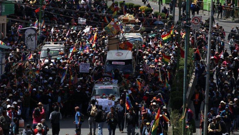 Bolivya'da cenazeleriyle yürüyen protestoculara polis müdahalesi