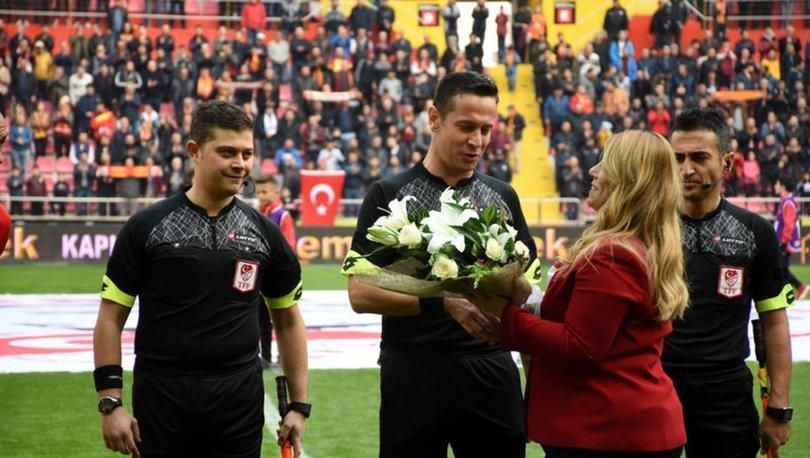 Kayserispor Başkanı Berna Gözbaşı, öğretmen hakemlere çiçek verdi