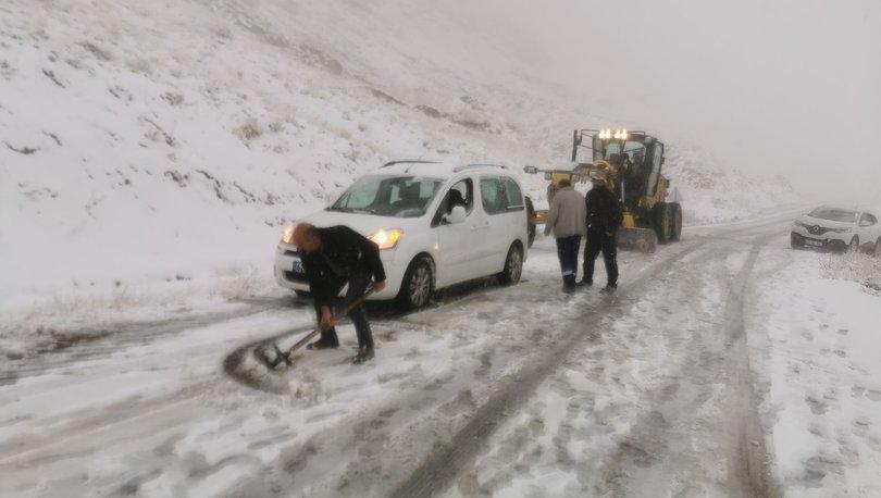 Tunceli'ye mevsimin ilk karı; yollar kapandı, araçlar yolda kaldı