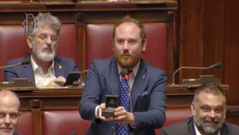 İtalya'da milletvekili mecliste izleyici sıralarındaki sevgilisine evlenme teklifi etti