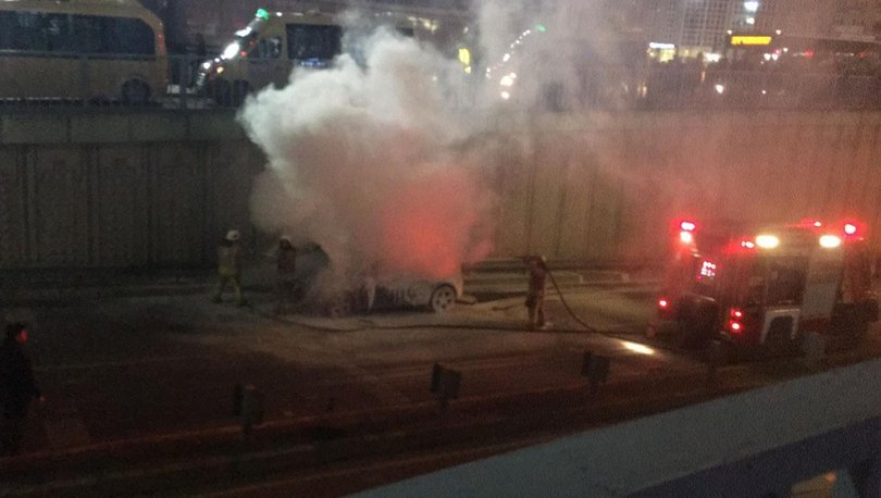 Gaziosmanpaşa'daki araç yangını ekiplerin müdahalesiyle söndürüldü