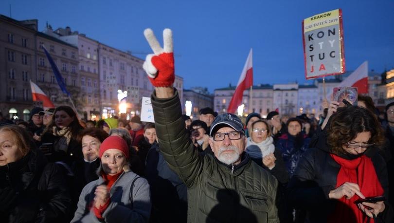Polonya'da binlerce kişi yargıçlarla dayanışma için yürüdü