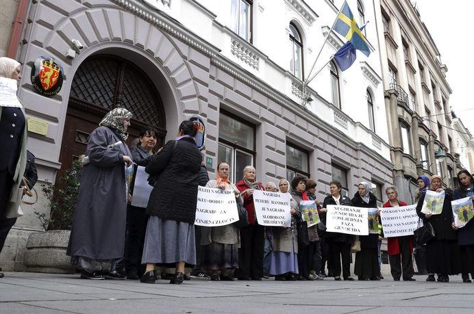 Nobel Edebiyat Ödülü'nün İsveç Kraliyet Bilimler Akademisi tarafından Avusturyalı yazar Peter Handke'ye verilmesine tepki gösteren Bosna Hersekli kurban yakınları geçtiğimiz ay protesto düzenlemişti. Soykırım Kurbanları ve Tanıkları Derneği'nce İsveç'in Saraybosna Büyükelçiliği önünde düzenlenen protestoya katılanlar, üzerinde