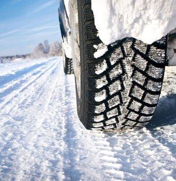 Kara kışın bastırması ile birlikte, çoğu sürücü otomobilini değişen yol koşullarına hazır hale getirmek üzere lastik bayilerinin yolunu tutuyor. Özellikle sıcaklıkların 7 derecenin altına düştüğü durumlarda yola tutunmayı artıran ve fren mesafesini azaltan kış lastiklerini almak isteyen sürücülerin karşısına ise, bu yıl daha yüksek fiyatlar çıkıyor. Yaptığımız araştırmaya göre, kış lastiğindeki bir yıllık fiyat değişimleri yüzde 40