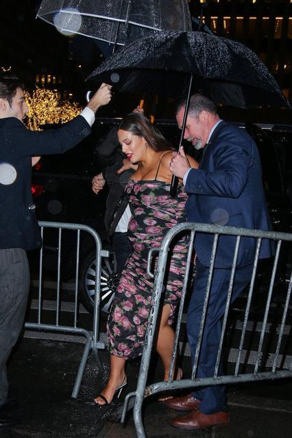 Ashley Graham, konuk olduğu programa şemsiyeli korumalarla gitti - Magazin haberleri