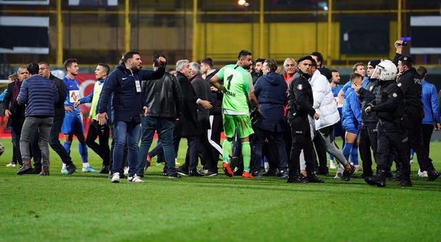 SON DAKİKA! Tuzlaspor Galatasaray maçı ortalık savaş alanına döndü! İşte kavga görüntüleri! Fatih Terim Gökhan Çıra...