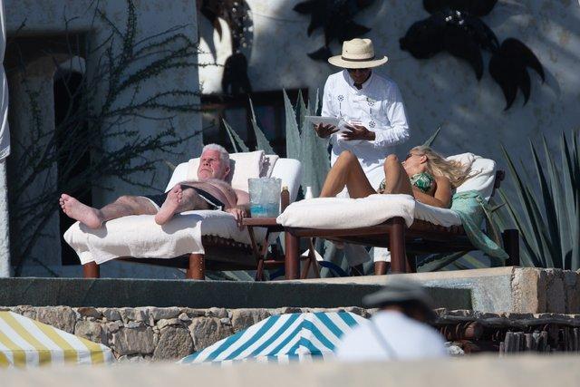 Ron Perlman sevgilisiyle tatilde - Magazin haberleri
