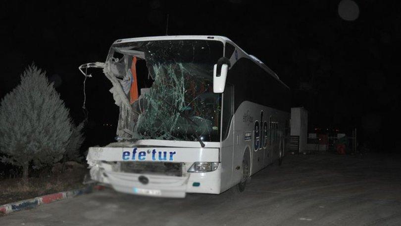 Afyonkarahisar'da yolcu otobüsü kamyona çarptı: 10 yaralı