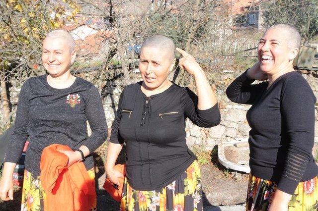 Köylü kadınlar, kanserle savaşan arkadaşlarına destek için saçlarını kazıttı - Haberler