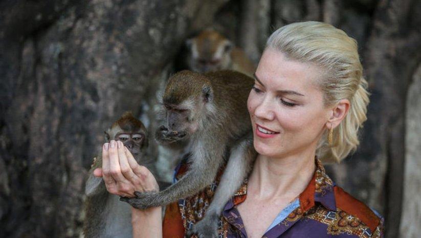 Maymunlarıyla ilgi görüyor! İşte günlük yaşam