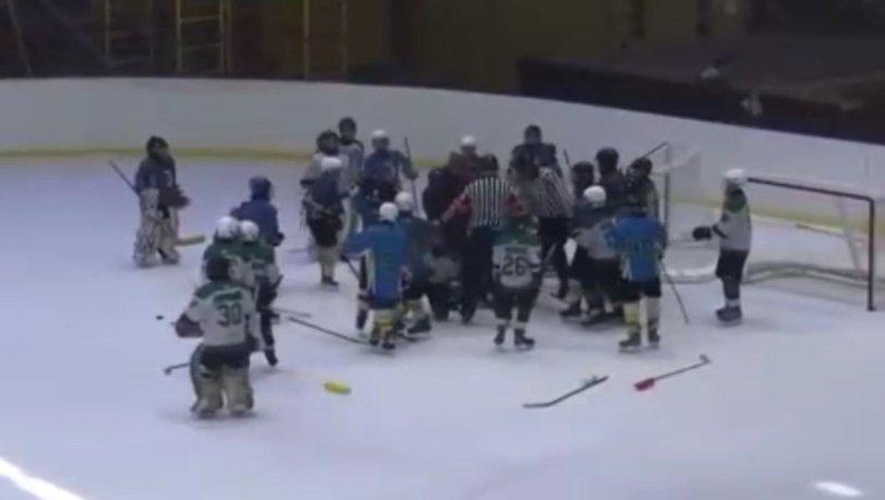 Buz pistinde kavga çıktı, antrenör çocukları dövdü