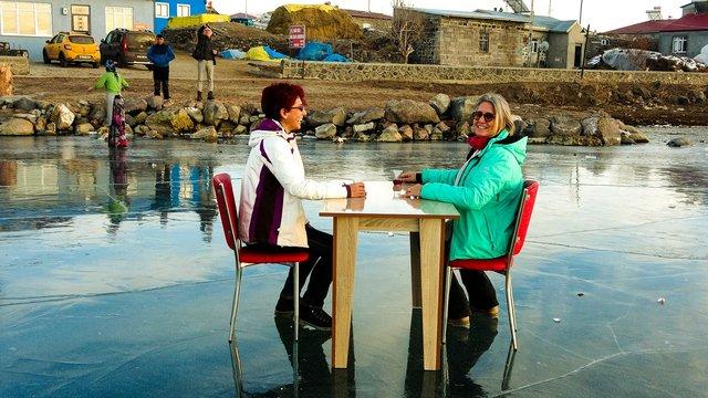 Buz tutan Çıldır Gölü'nde çay keyfi