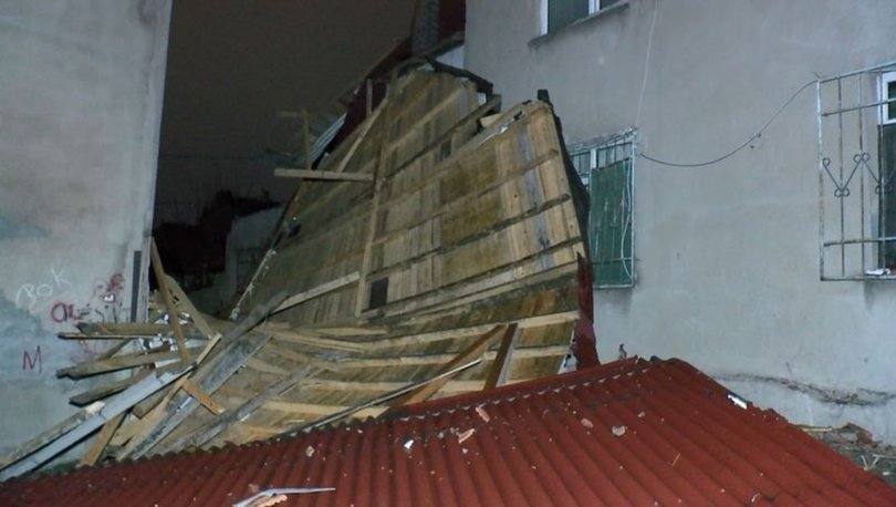 İstanbul'da şiddetli lodos çatıyı yerinden söktü! Uçan çatı yan binanın üstüne düştü