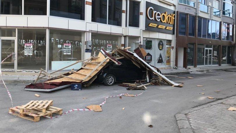 Fırtınadan kopan apartman çatısı otomobilin üzerine düştü!