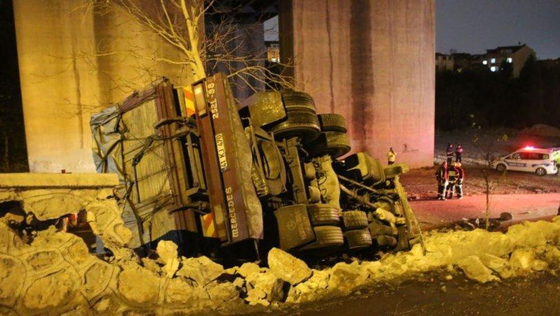 Kocaeli'de zeytinyağı yüklü kamyon devrildi: 1 yaralı