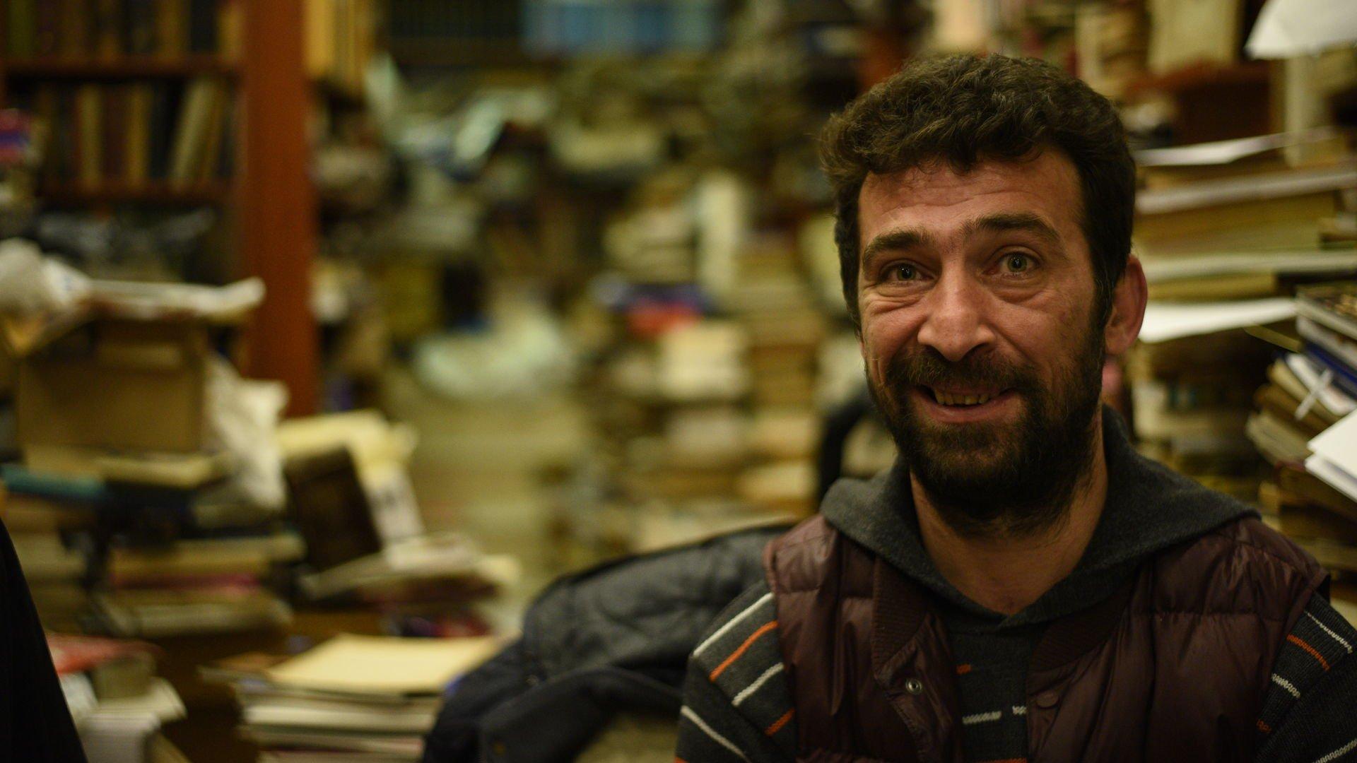Beyoğlu'nda sahaflık yapan Sedat Yardımcı kitapla ilgili öyküsünü anlattı