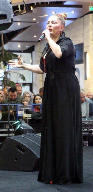 Şarkıcı İzel: Vallahi 4 beden inceldim, açım - Magazin haberleri