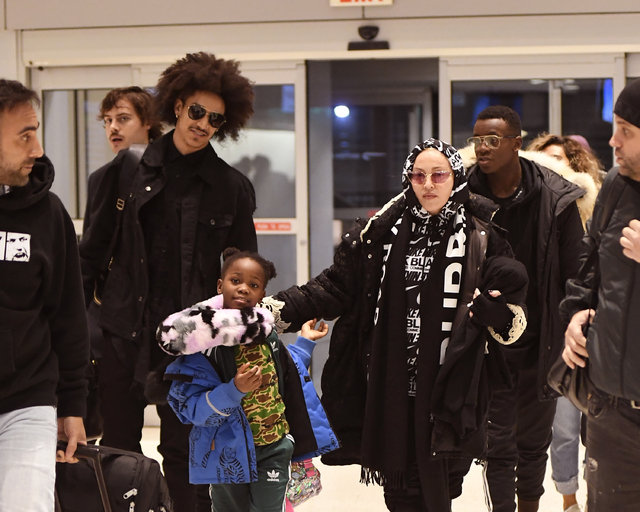 Madonna sevgilisi ve çocuklarıyla seyahatte