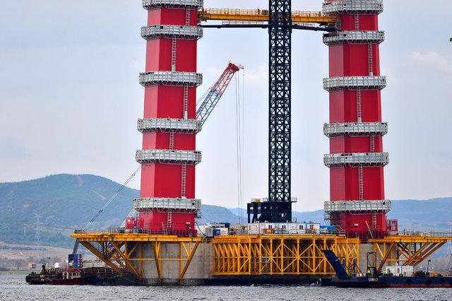 """""""Simgelerin köprüsü""""nde kırmızı beyaz kulelerin üçte biri göründü"""