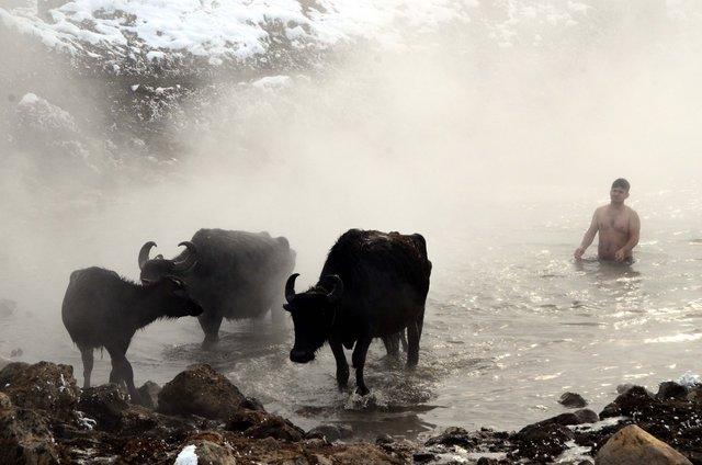 Mandalar soğuk havada kaplıcada ısındılar!