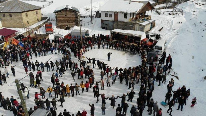 Kar üstünde yüzlerce kişi horon tepti