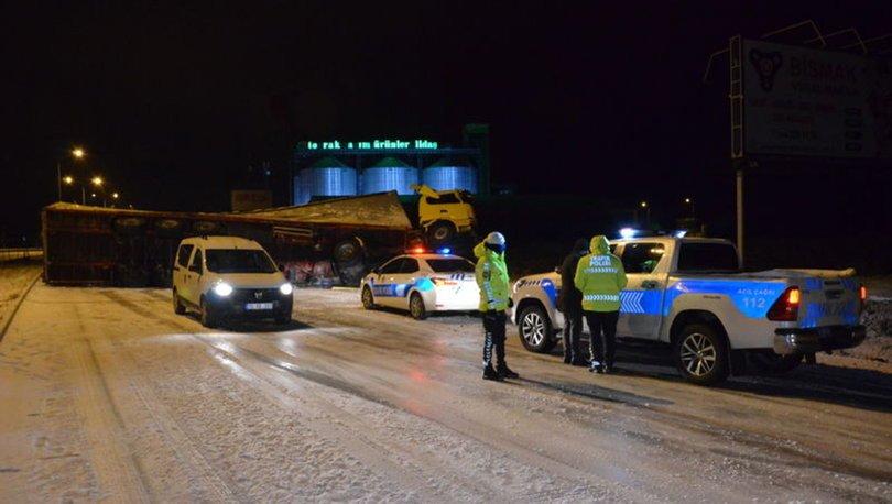 Tır devrildi, Karaman-Konya karayolu trafiğe kapandı!