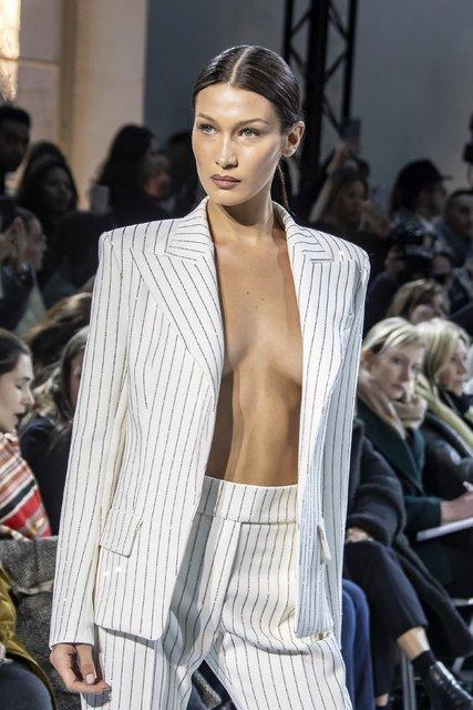 Bella Hadid ceketi çıkardı! - Magazin haberleri