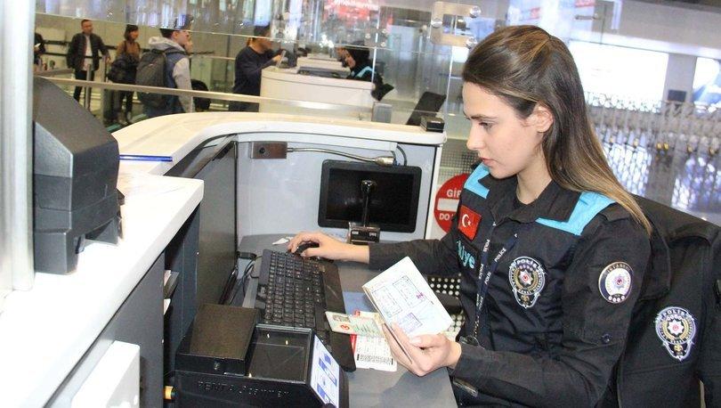 Turkuaz yelekli pasaport polisleri