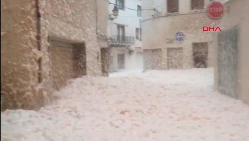 İspanya'da bir şehri deniz köpüğü bastı