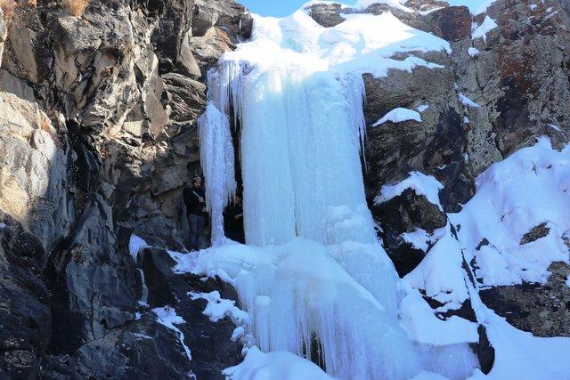 Buz tutan Toklu Şelalesi görsel şölen sunuyor