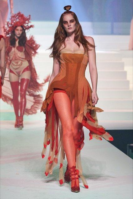 Jean Paul Gaultier'in son defilesi dünyaca ünlü modelleri ağırladı!