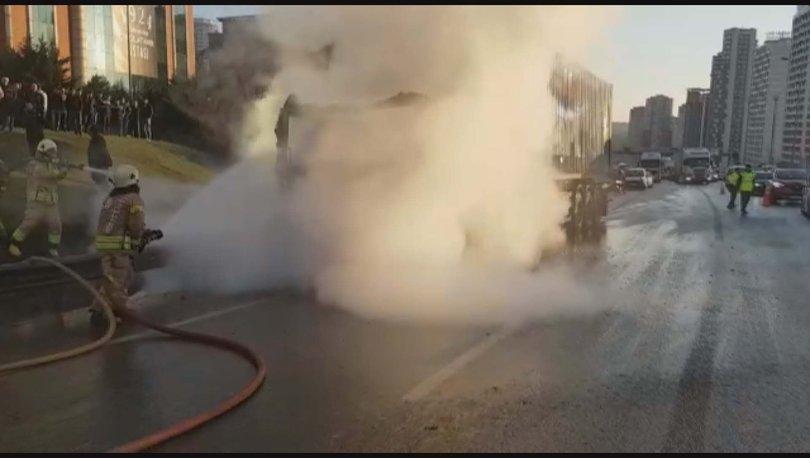İstanbul'da TEM bağlantı yolunda seyir halindeki bir tır alev topuna döndü